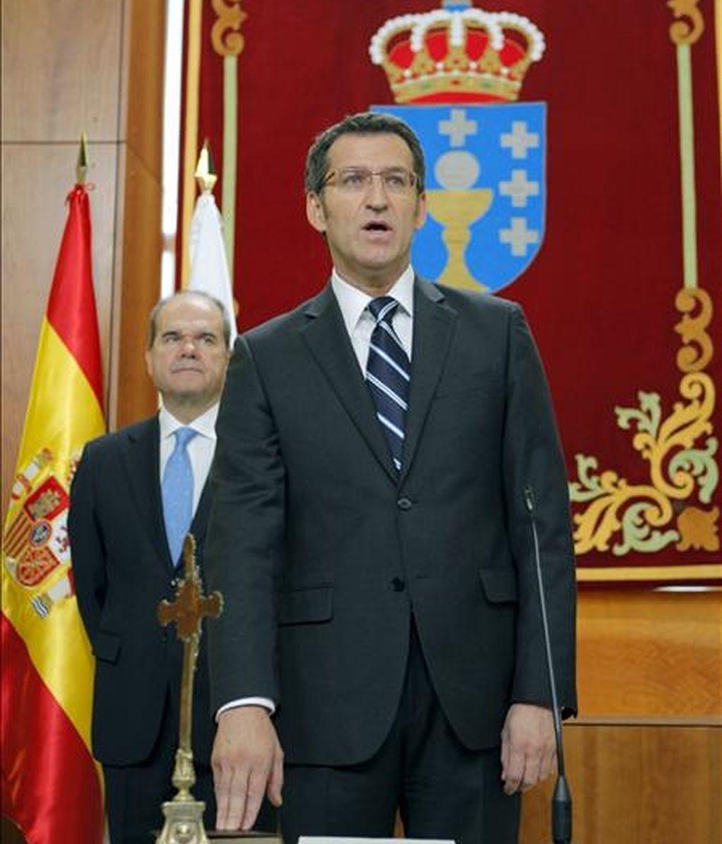 El presidente de la Xunta de Galicia, Alberto Núñez Feijóo, prometió su cargo, en presencia del vicepresidente tercero del Gobierno, Manuel Chaves, esta mañana en el Parlamento de Galicia. EFE