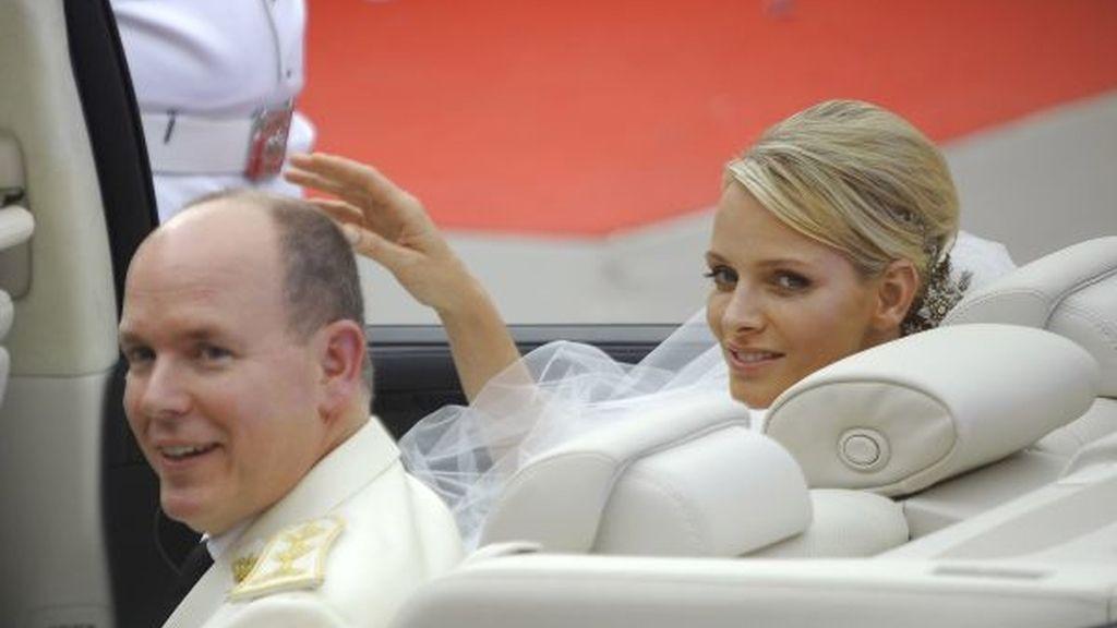 Los recién casados montan en un descapotable