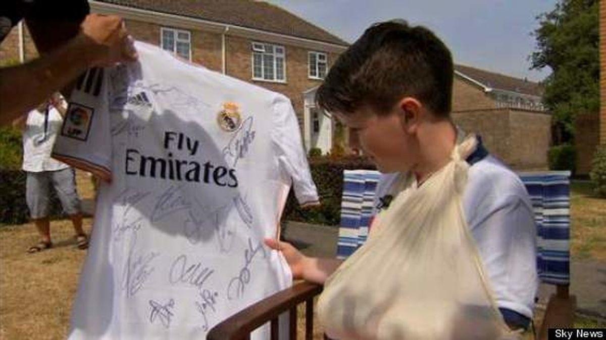 Charlie Silverwood recibe la camiseta del Real Madrid firmada port odos los jugadores