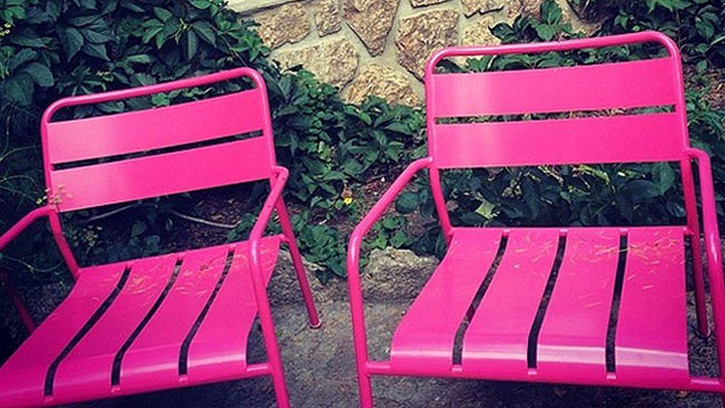 El 'punto d' de Ana son estas llamativas sillas color fucsia
