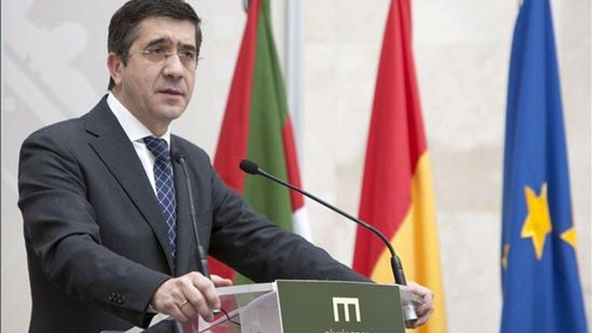 El lehendakari, Patxi López, interviene ante los altos cargos del Ejecutivo vasco con los que se ha reunido hoy para exponer las directrices que deben regir la conducta de los miembros del nuevo Gobierno autonómico. EFE