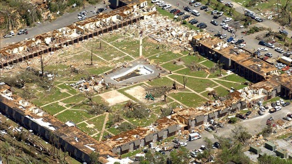 Fotografía aérea en la que se observan los daños causados por los tornados y las tormentas de los últimos días en Tuscaloosa, Alabama (EE.UU:). Al menos 300 personas han fallecido en los seis estados del sur de Estados Unidos azotados por estos fenómenos climáticos. EFE