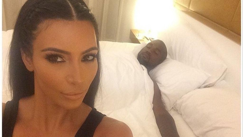 Kim Kardashian y Kanye West, selfie en la cama
