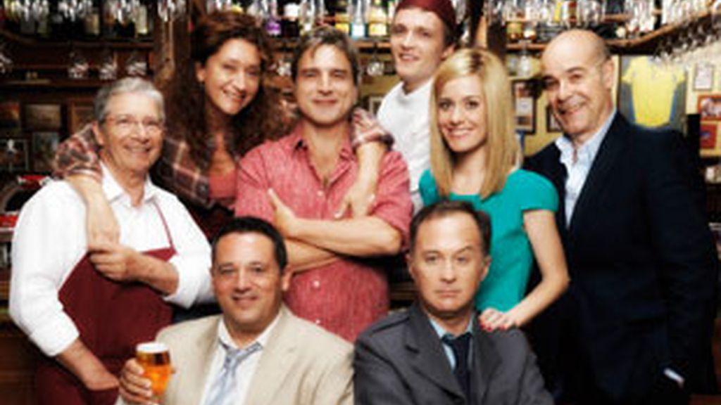 El reparto de la versión española de 'Cheers'.