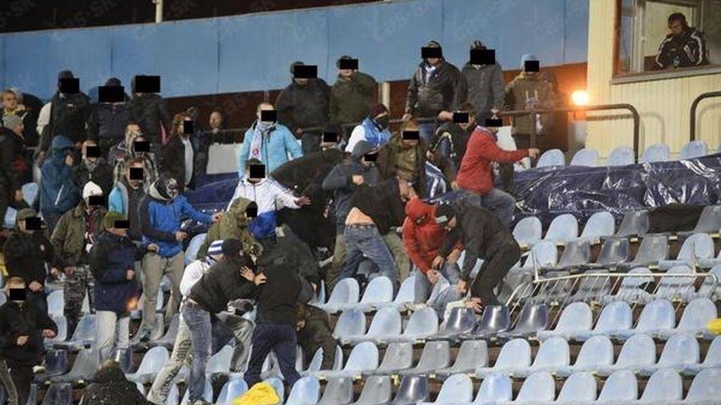 El viejo derbi de Checoslovaquia saca lo peor del fútbol
