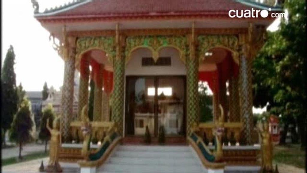 Raquel pasea por el templo de Savannakhet