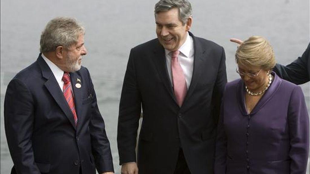 El presidente de Brasil, Luiz Inácio Lula da Silva (i), el primer ministro británico, Gordon Brown (c), y la presidenta chilena, Michelle Bachelet (d),conversan el pasado 28 de marzo durante la foto oficial de la VI Cumbre de Líderes Progresistas en Viña del Mar (Chile). EFE