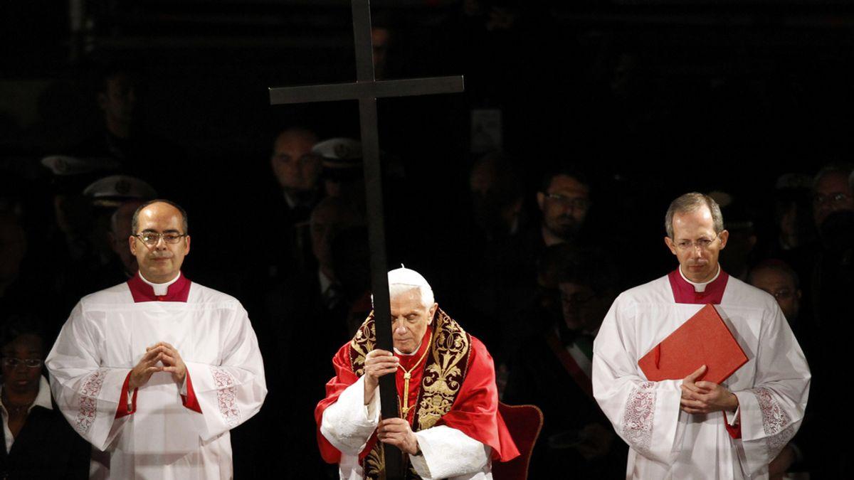 El papa Benedicto XVI oficia el Vía Crucis del Viernes Santo en la Basílica de San Pedro
