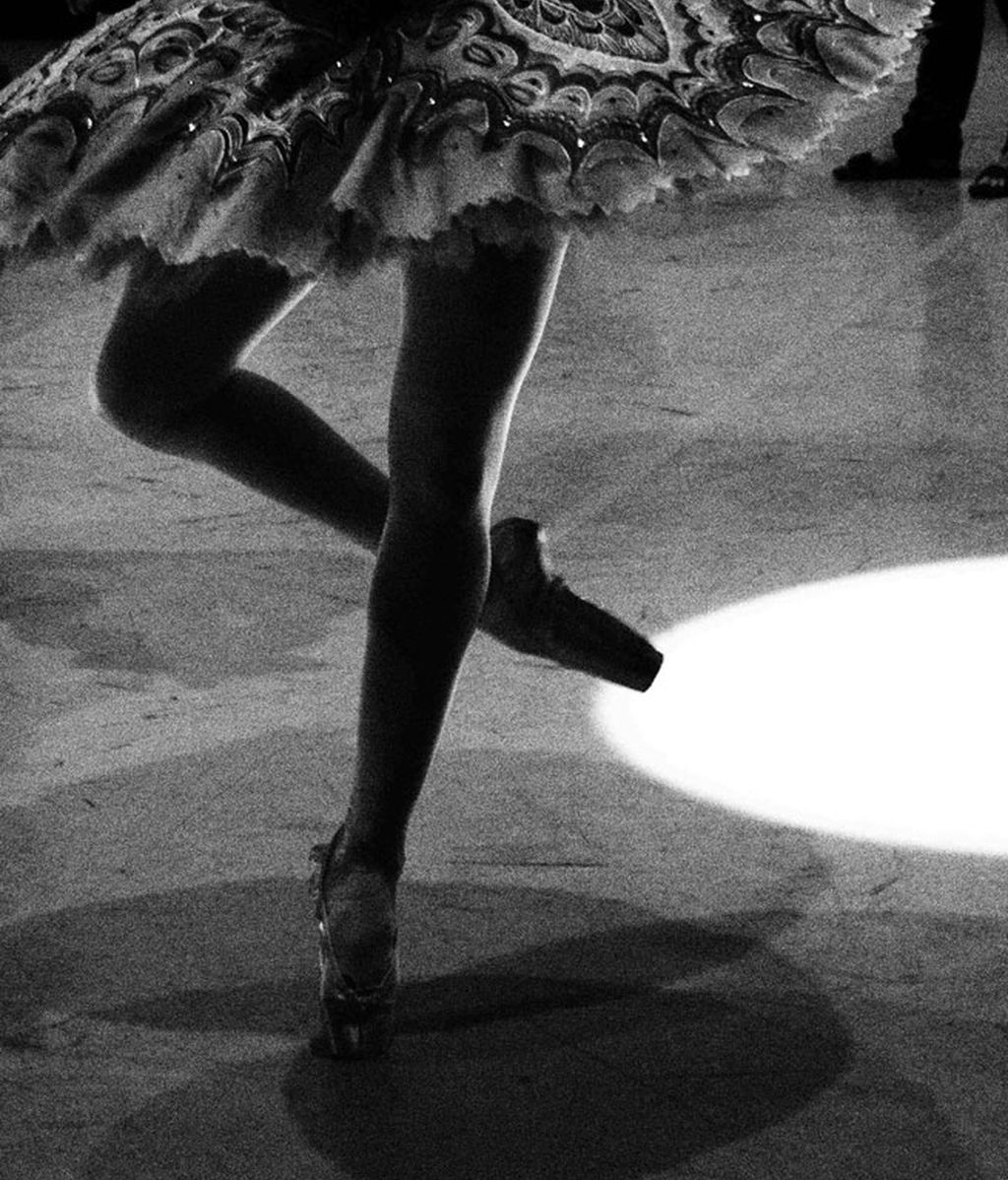 Así calientan antes de salir a escena los bailarines