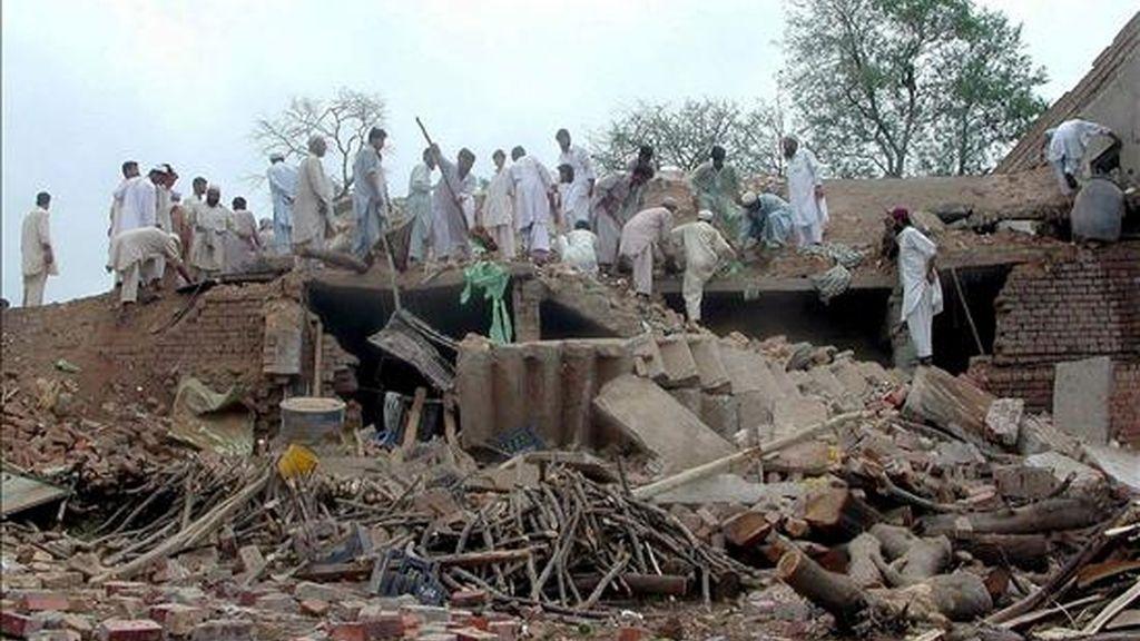 Al menos tres muertos en un ataque con misiles de EEUU en una zona tribal paquistaní. En la imagen, ciudadanos rodean el lugar de un atentado perpetrado en Pakistán. EFE/Archivo