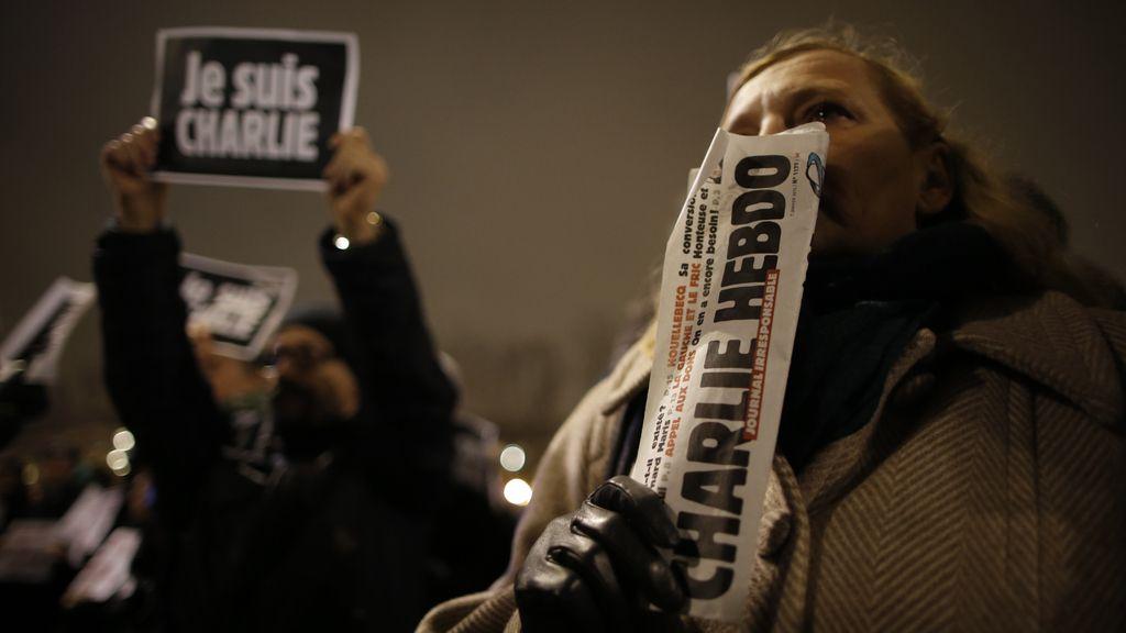 Miles de personas se concentran en París tras el atentado contra 'Charlie Hebdo'