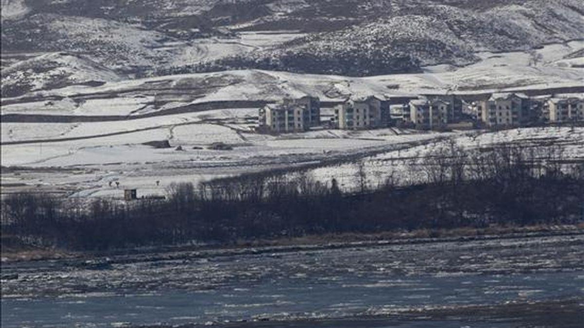 Fotografía de la población de Gaepung-gun, en el lado norcoreano de la zona desmilitarizada (DZM), tomada desde el observatorio Odusan en Gyeonggi-do (Corea del Sur), ayer. EFE