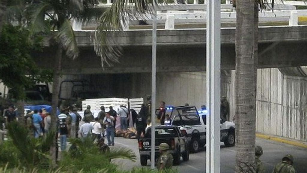 Expertos forenses recaban información del sitio donde han sido hallados los 35 cadáveres