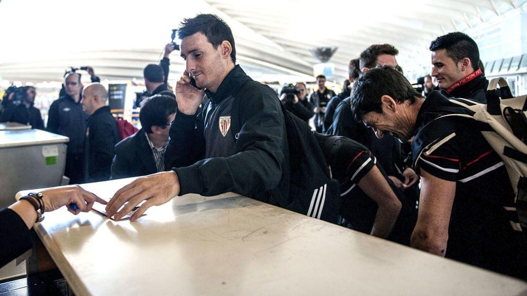 Los jugadores del Athletic en el aeropuerto de Bilbao antes de conocer la noticia de la suspensión del partido