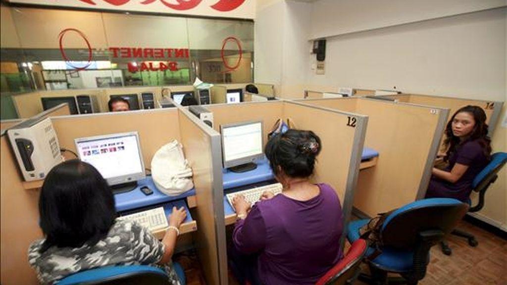 Varias mujeres utilizan unos ordenadores en un cibercafé de la ciudad de Yakarta. EFE/Archivo
