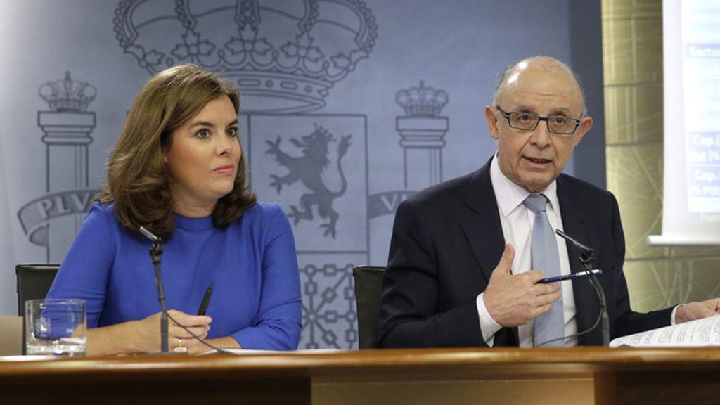 Soraya Sáenz de Santamaría y Cristóbal Montoro en la rueda de prensa tras el Consejo de Ministros