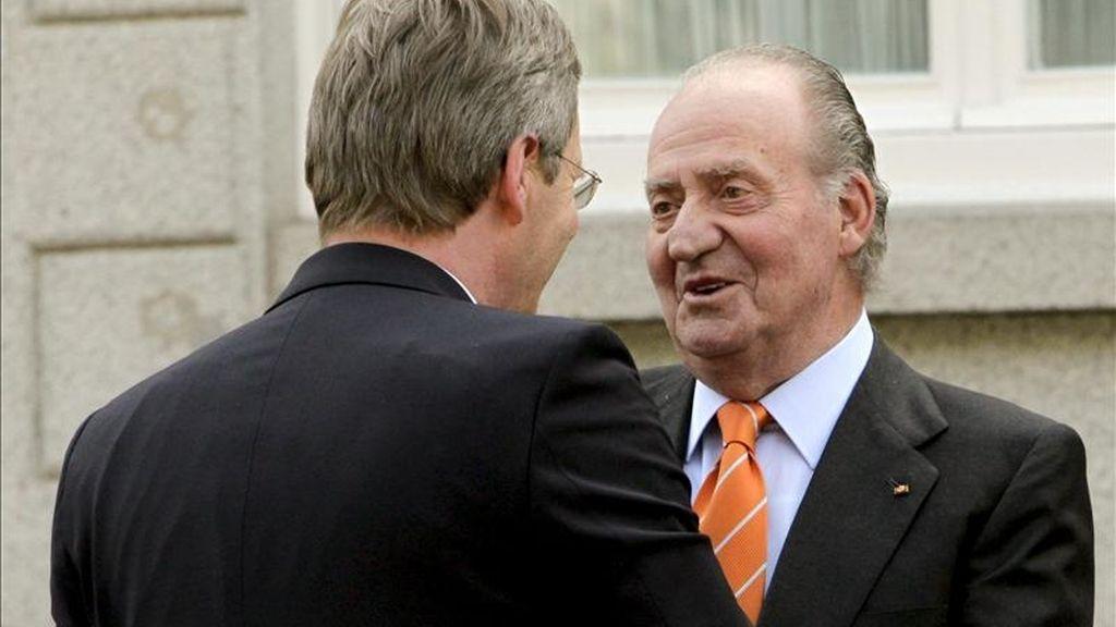 El Rey saluda al presidente de Alemania, Christian Wulff, en el Palacio de la Zarzuela. EFE/Archivo