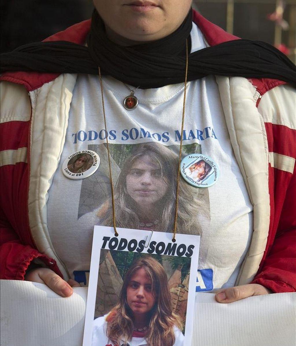 Amigos y familiares de Marta del Castillo se manifiestan en la puerta de los Juzgados de Sevilla. EFE/Archivo
