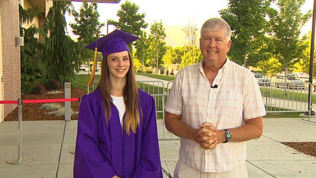 Invita a su graduación al bombero que le salvó la vida hace 17 años