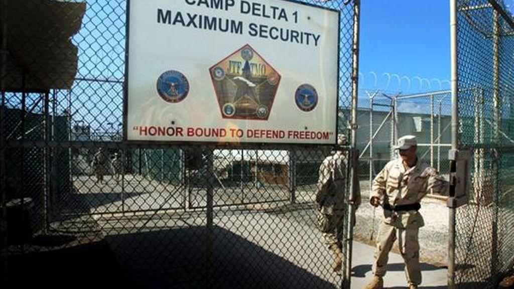 Un guardia abre una reja dentro del campamento Delta 4, en la cárcel estadounidense de Guantanamo (Cuba). EFE/Archivo