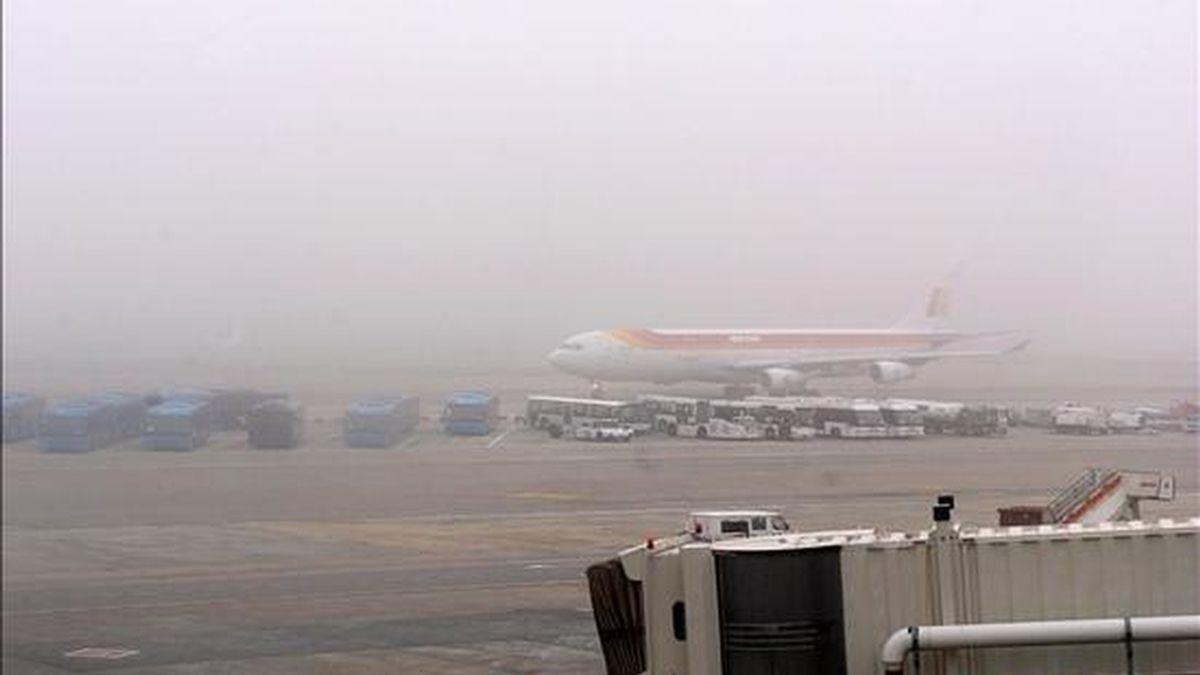Un Airbus 340-300 de Iberia circula por una de las calles de rodadura del aeropuerto de Madrid-Barajas en medio de una densa niebla. EFE/Archivo
