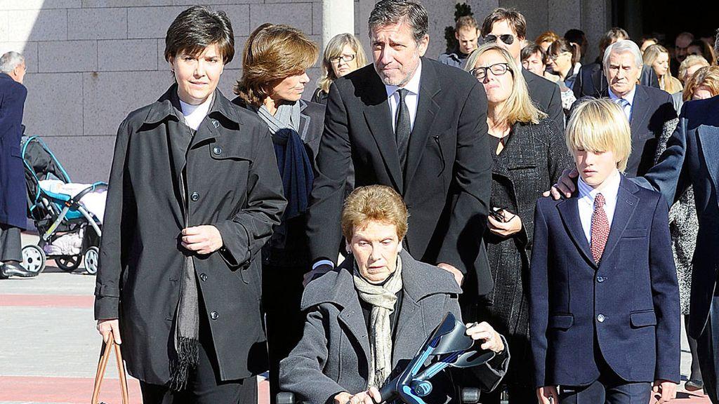 Emilio Aragón y su familia tras el entierro de Miliki