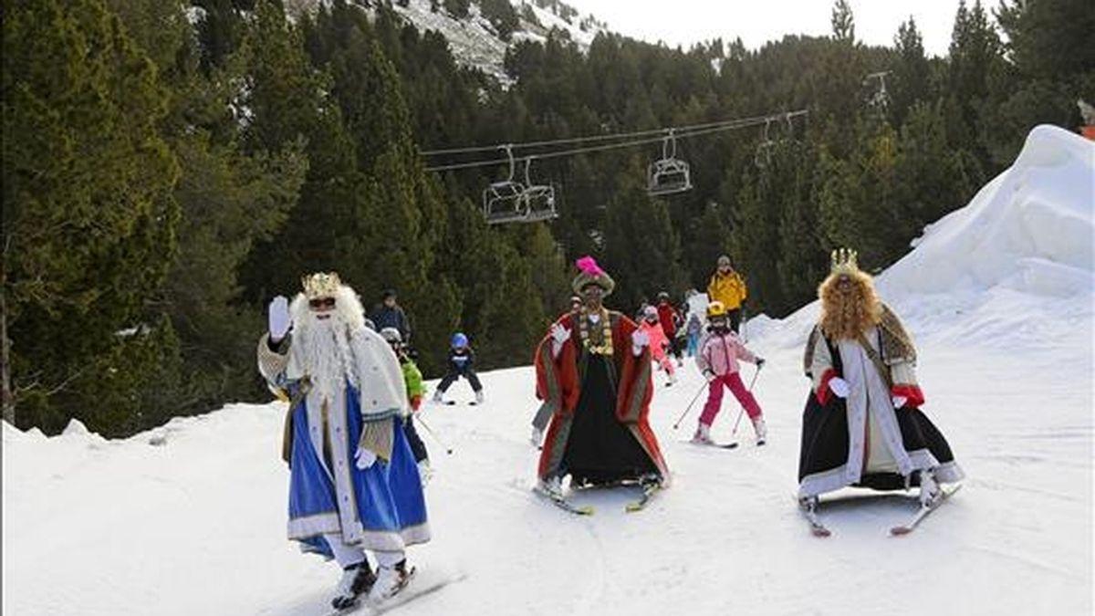 Los Reyes Magos de Oriente se pusieron los esquís para visitar a los niños que pasan estas fiestas disfrutando de la nieve en las pistas de Cerler (Huesca). EFE