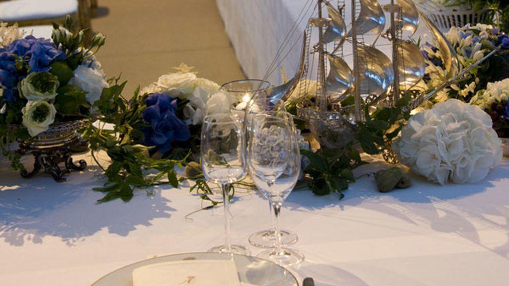 La mesa, preparada para la ocasión espera a los comensales