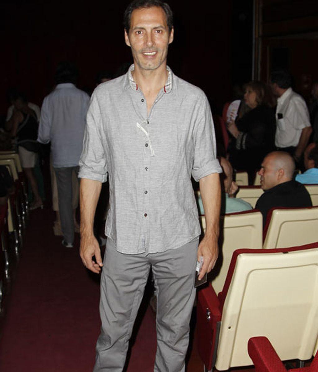 El actor Manuel Bandera acudió vestido de gris