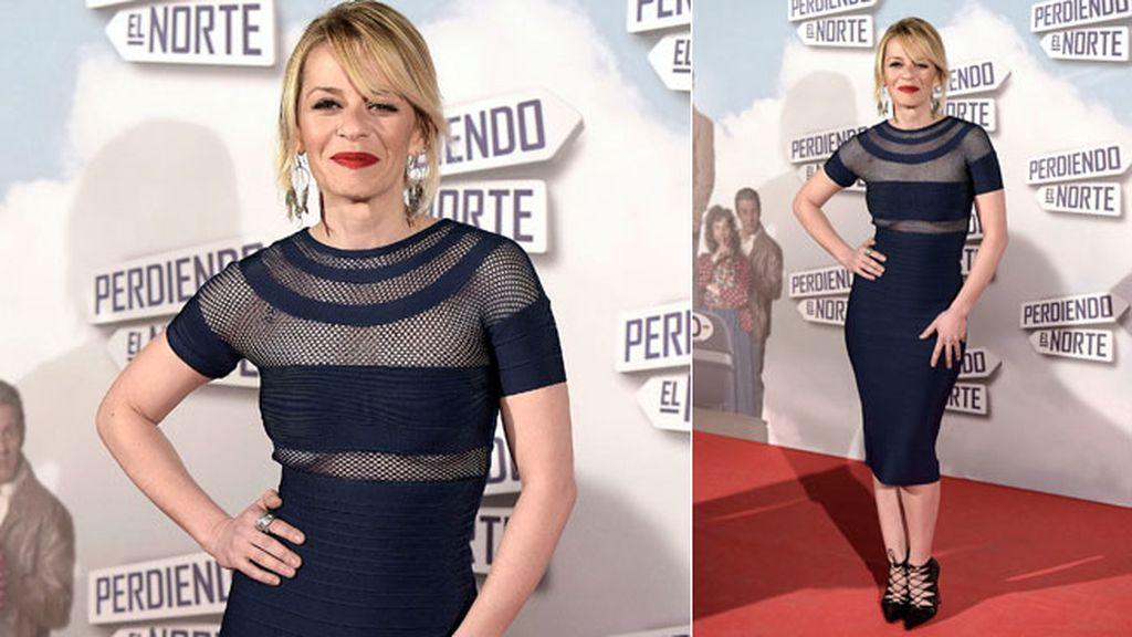 Maria Adánez, con un ajustado vestido azul midi con transparencias