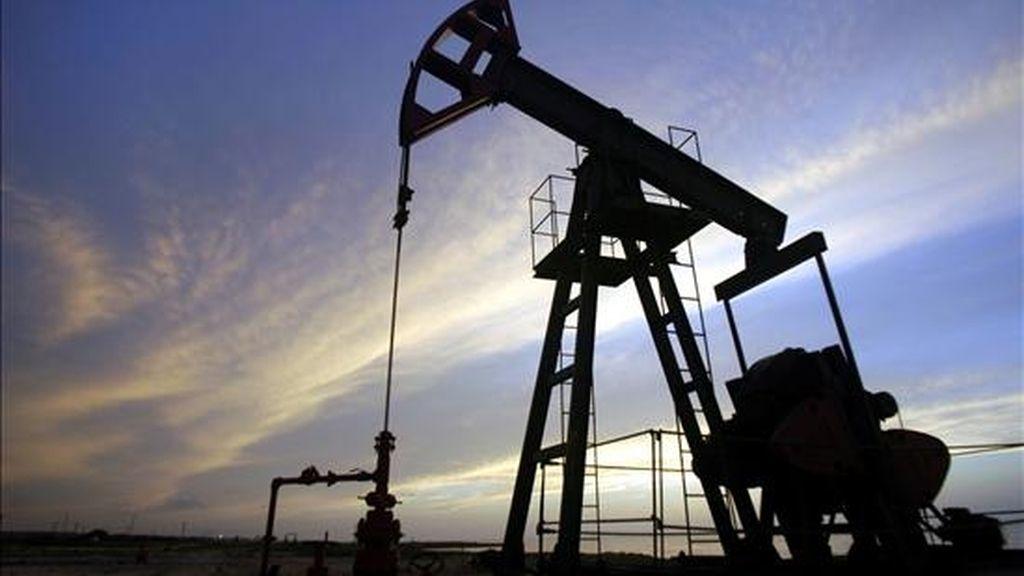 En la imagen, un pozo de petróleo en la zona de Santa Cruz del Norte, en La Habana (Cuba). EFE/Archivo