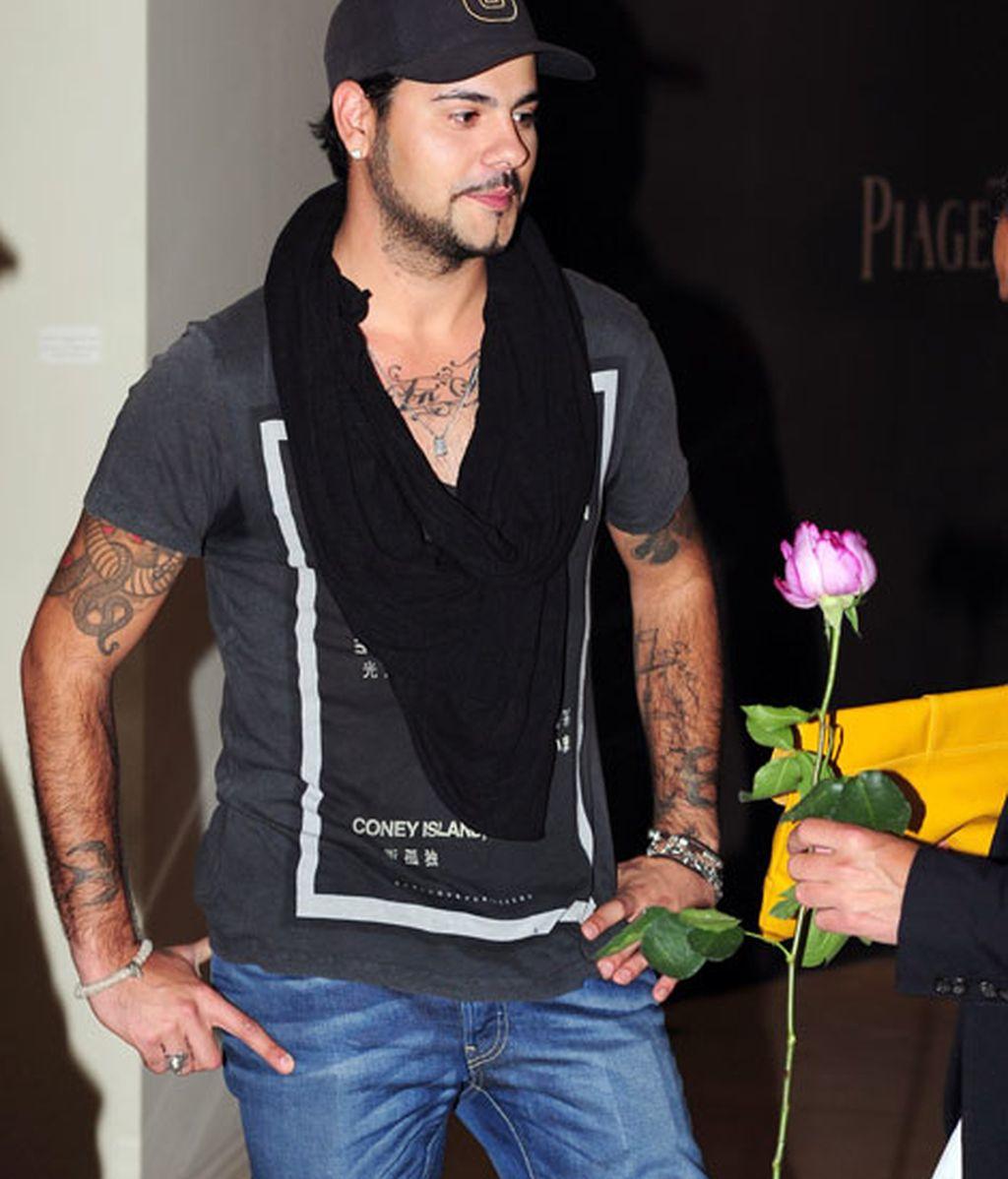 Eduardo Cruz optó por un estilo casual en vaqueros y camiseta