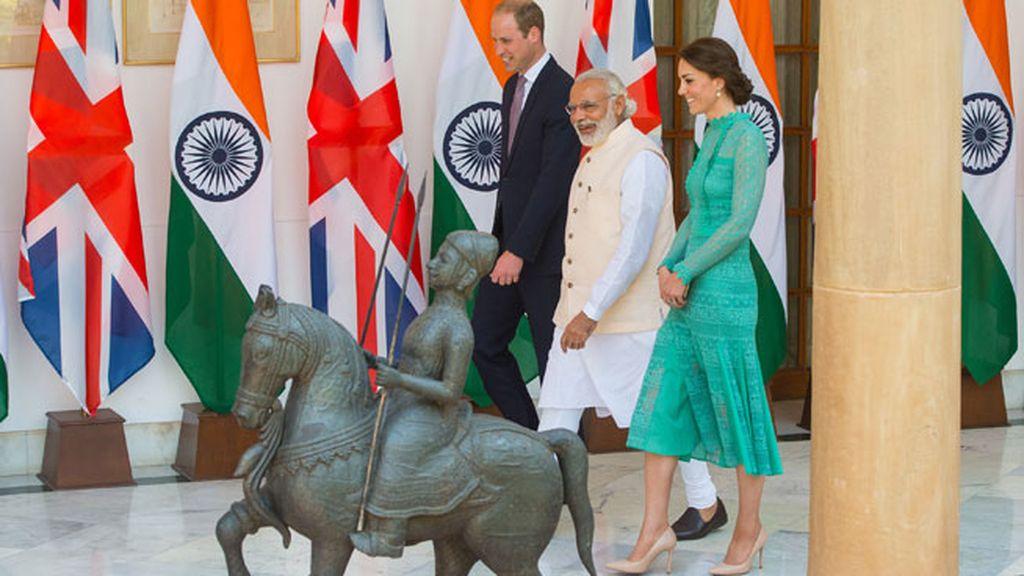 Los monarcas junto al Primer Ministro indio