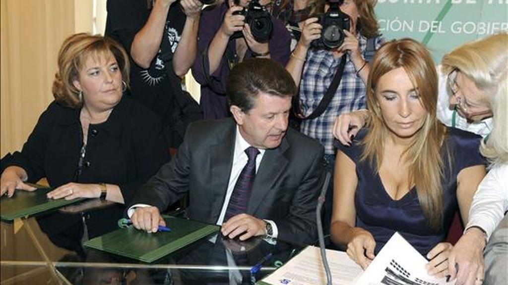 La consejera de Justicia y Administración Pública, Begoña Álvarez (d), hoy en la firma del convenio para las labores de excavación y exhumación de los restos sepultados en las fosas de la Guerra Civil situadas en Alfacar, con Antonio Martínez Caler (c) y la alcaldesa Fátima Gómez (i). EFE