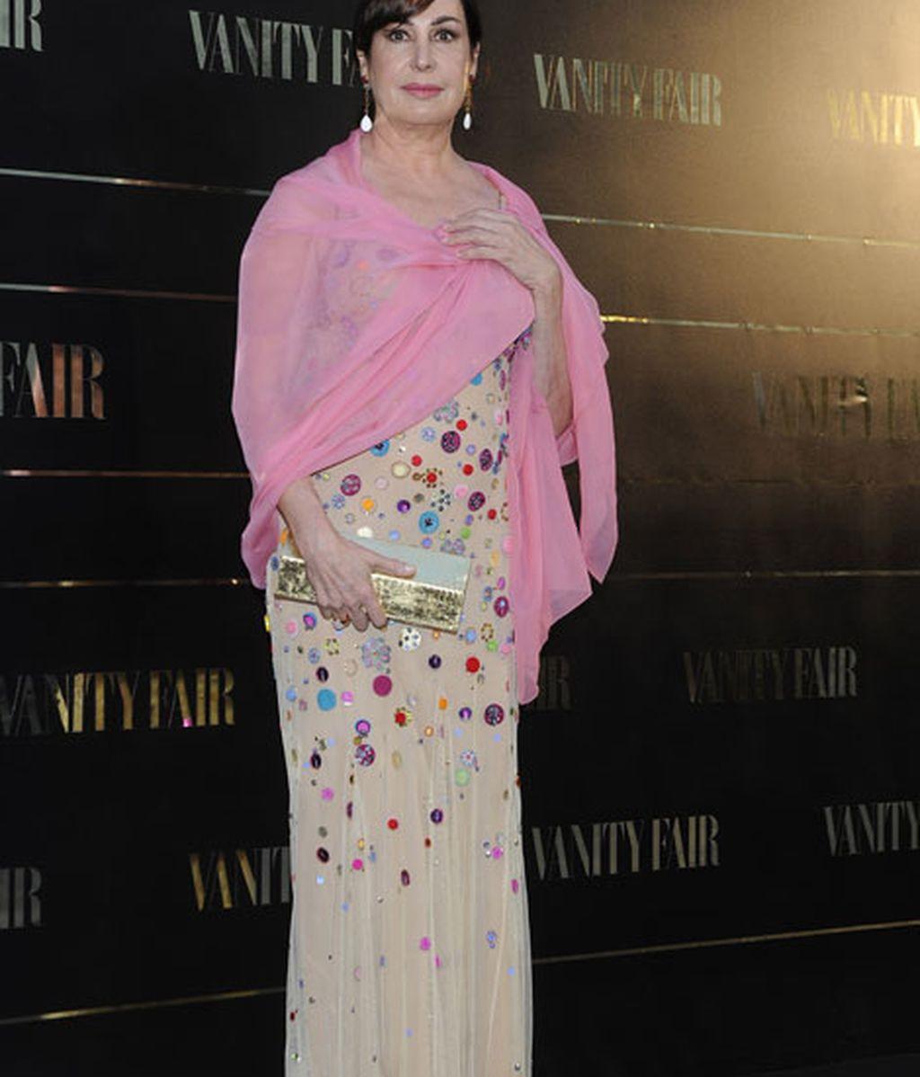 Carmen Martínez Bordiú, con un vestido multicolor y char rosa
