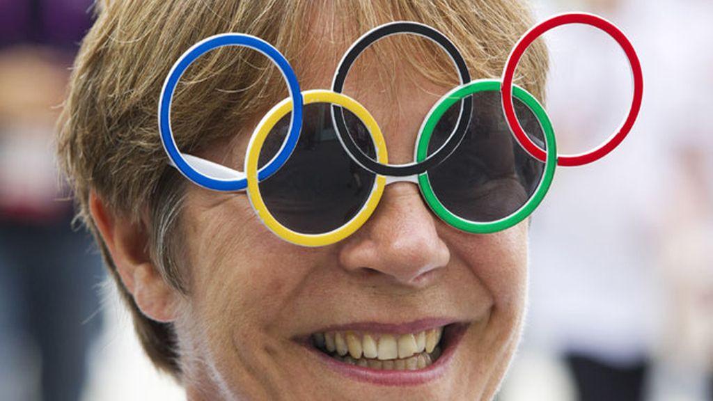 Una asistente a la jornada inaugural de Londres 2012 con unas gafas con los aros olímpicos