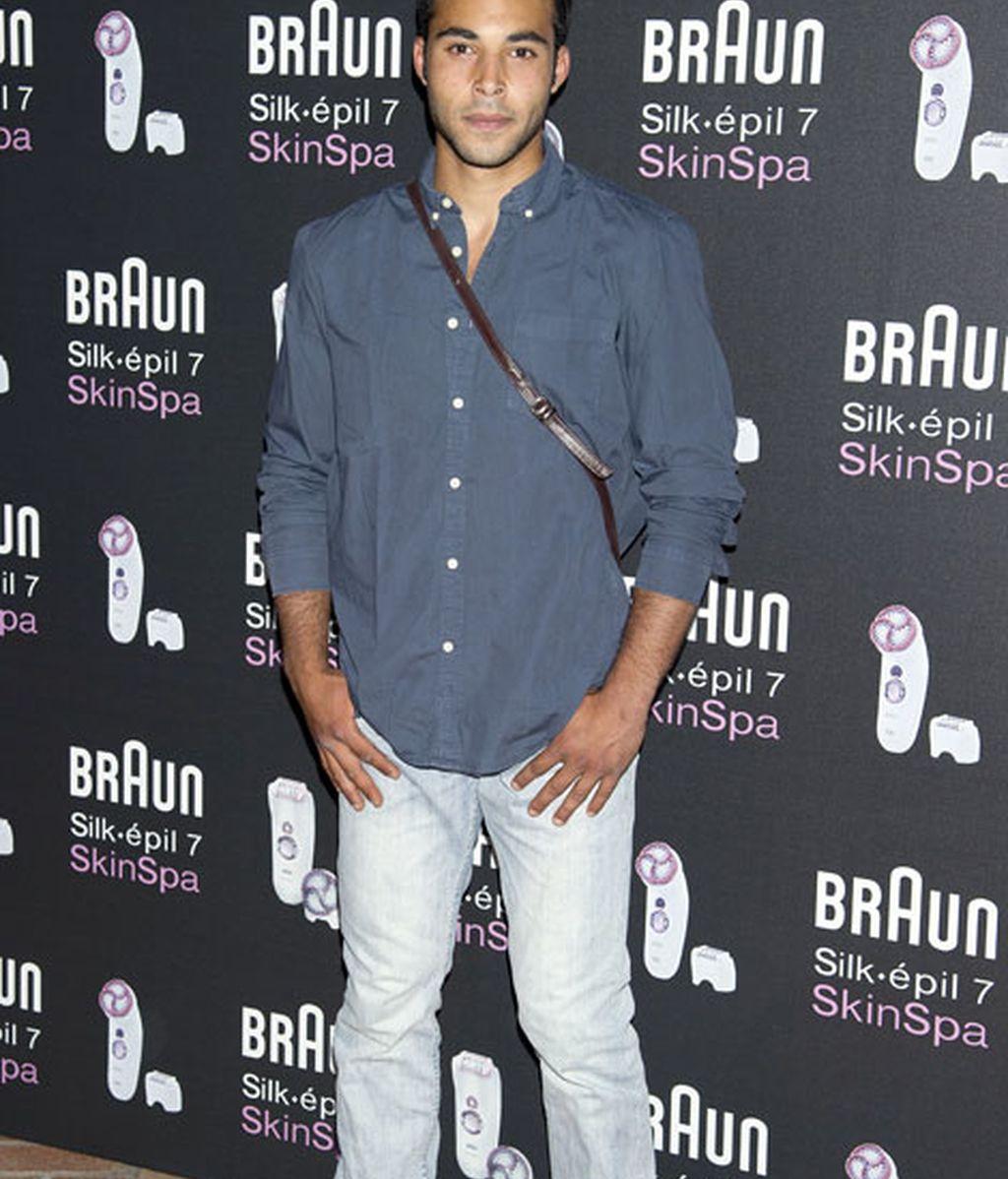 El actor Nasser Hassad en vaqueros y camisa azul