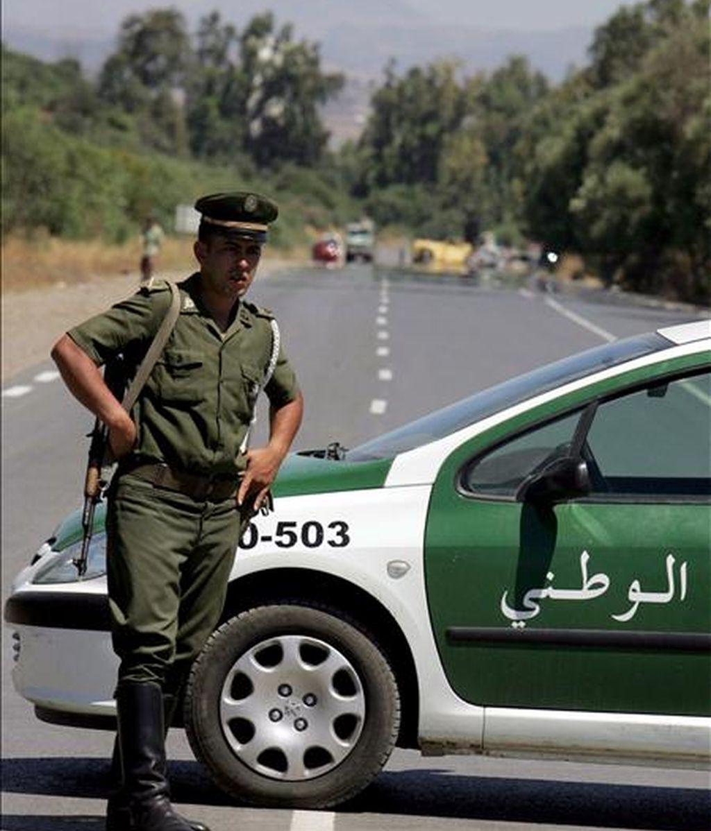 Un policía argelino monta guardia en un control de carretera cerca de Lakhdaria, 70 kms al sureste de Argel. EFE/Archivo