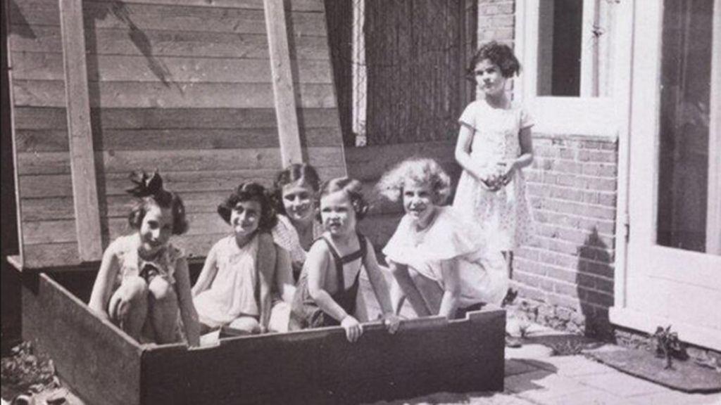 Ana Frank jugando con sus amigas cuando tenía 8 años en 1937