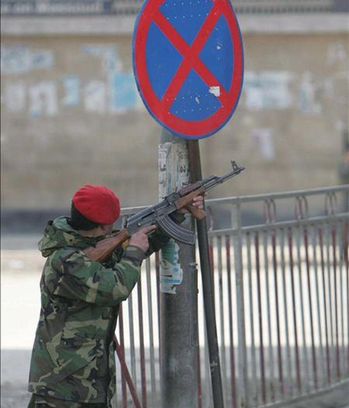 Un soldado afgano toma posición a las afueras del Ministerio de Justicia, durante un tiroteo en Kabul. EFE/Archivo