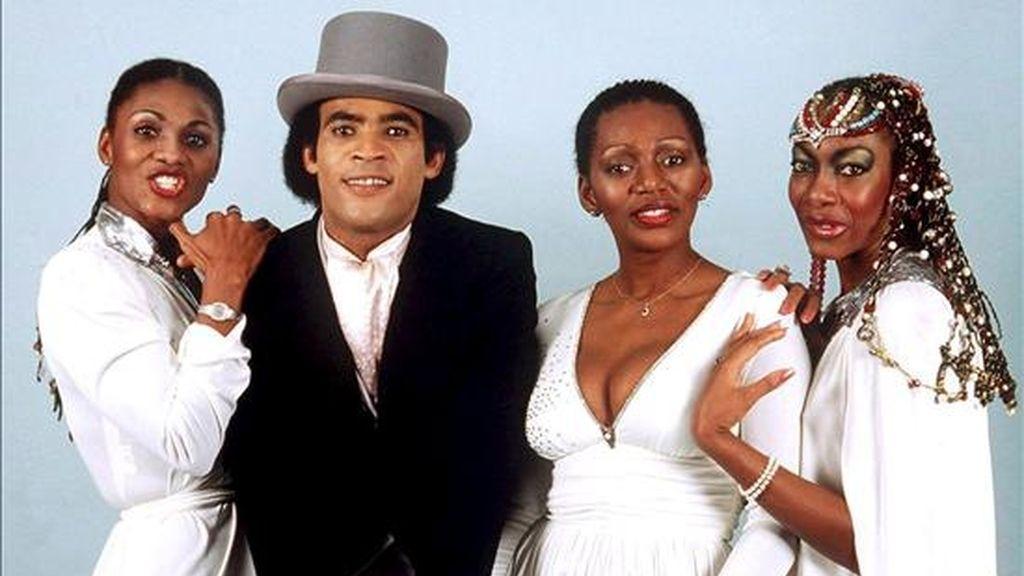 Fotografía de archivo tomada en abril de 1981 que muestra al grupo de música Boney M. con el cantante Bobby Farrel (2i) en Alemania. El cantante de la mítica banda de música pop Boney M., el holandés Bobby Farrell, falleció el 30 de diciembre a los 61 años de edad en una habitación de hotel en San Petersburgo, ciudad en la que se encontraba de gira. EFE/Archivo