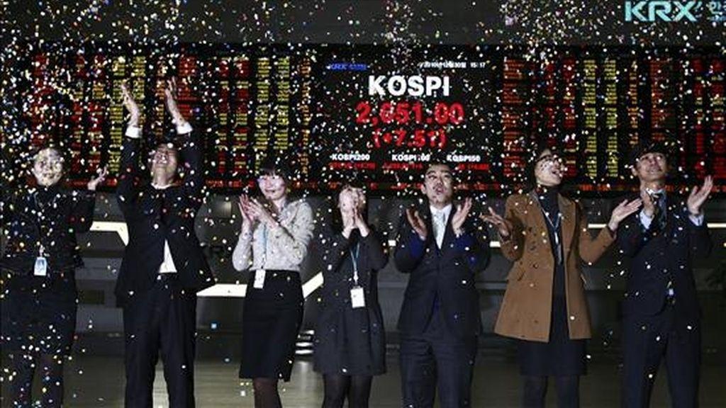 Empleados de la Bolsa de Comercio de Corea celebran el cierre del año 2010 en Seúl. EFE/Archivo
