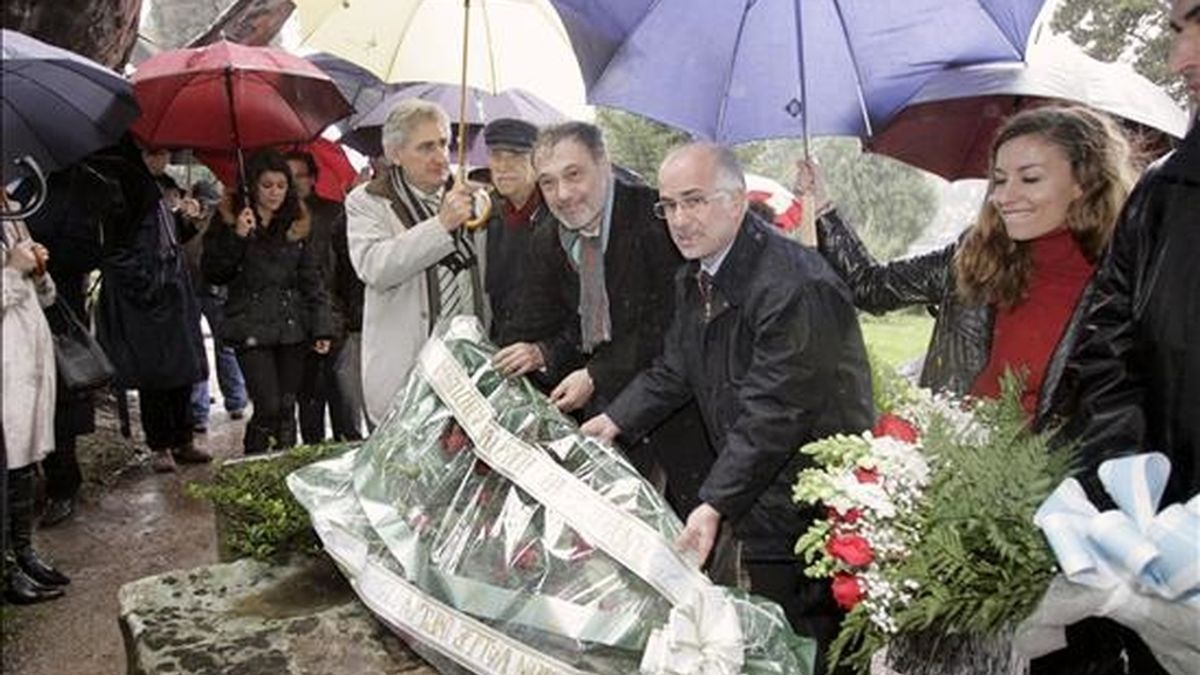 El conselleiro de Cultura, Roberto Varela (3d), coloca unas flores en la tumba de Valle-Inclán en el cementerio santiagués de Biosaca, con motivo del 75 aniversario del fallecimiento del escritor. EFE