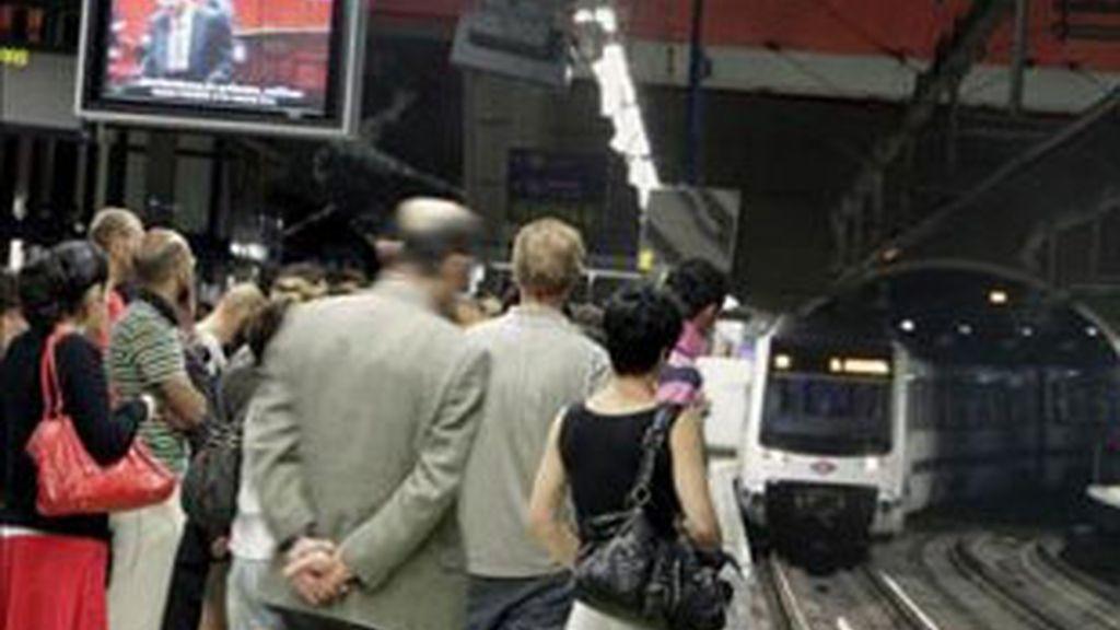 Varias personas esperan en el andén a que llegue el metro. Foto: EFE