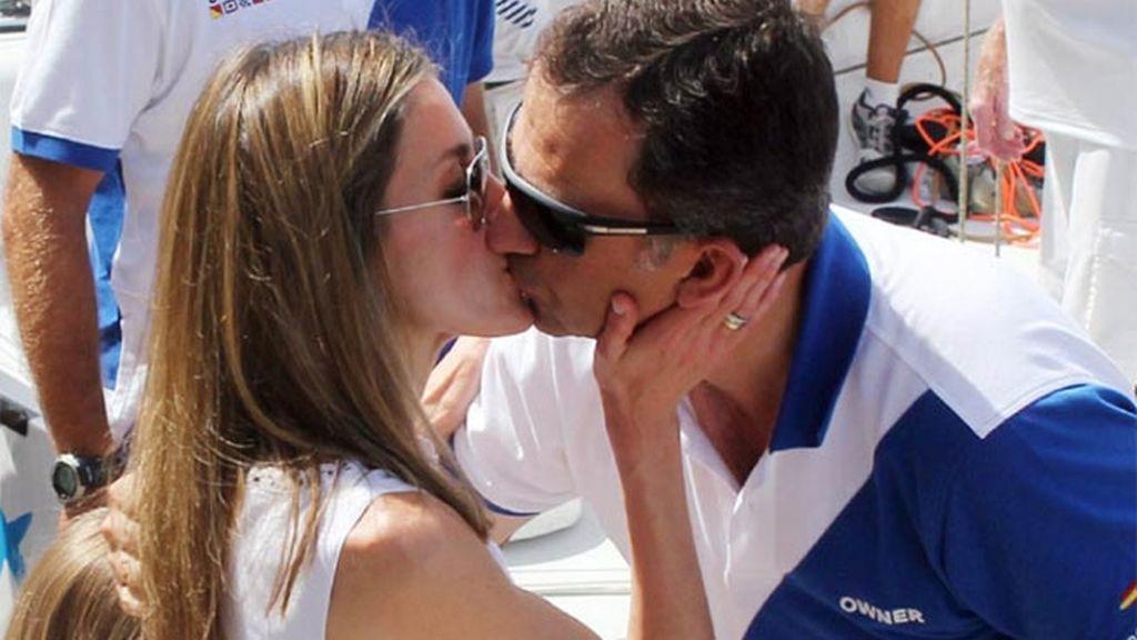 El beso del príncipe Felipe y Letizia