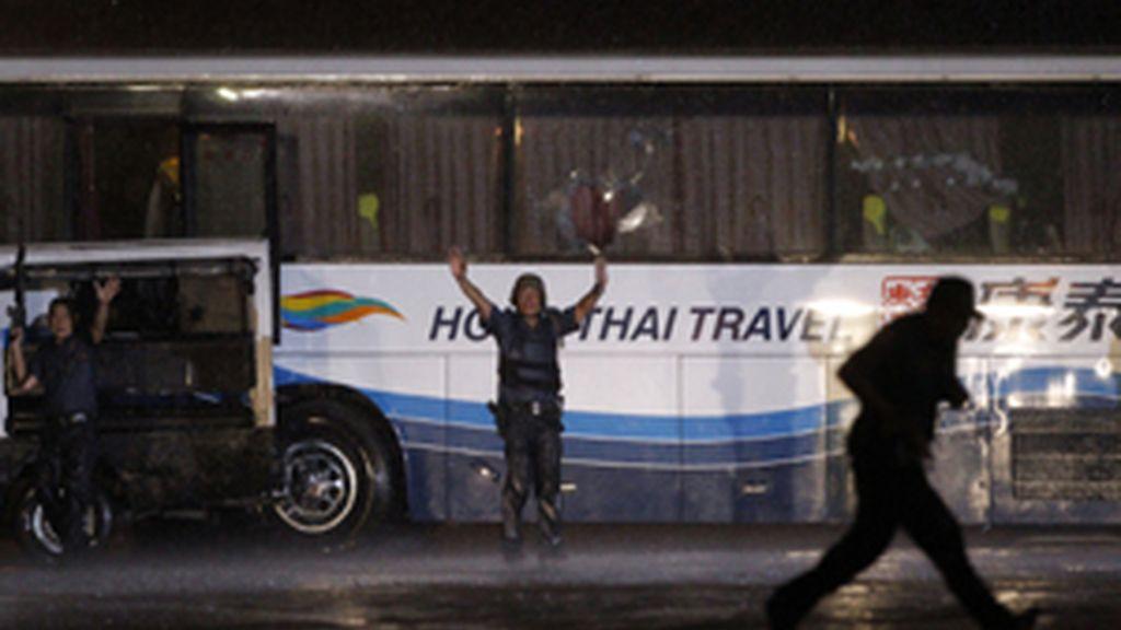 Al menos siete rehenes salen con vida del autobús secuestrado en Manila