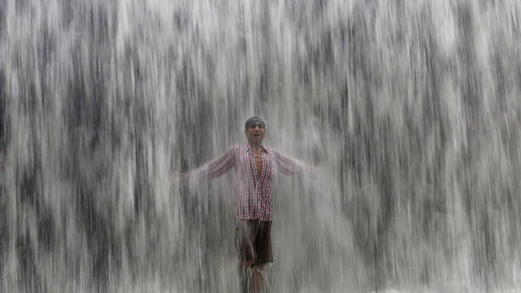 Así se refrescan en la India del calor veraniego