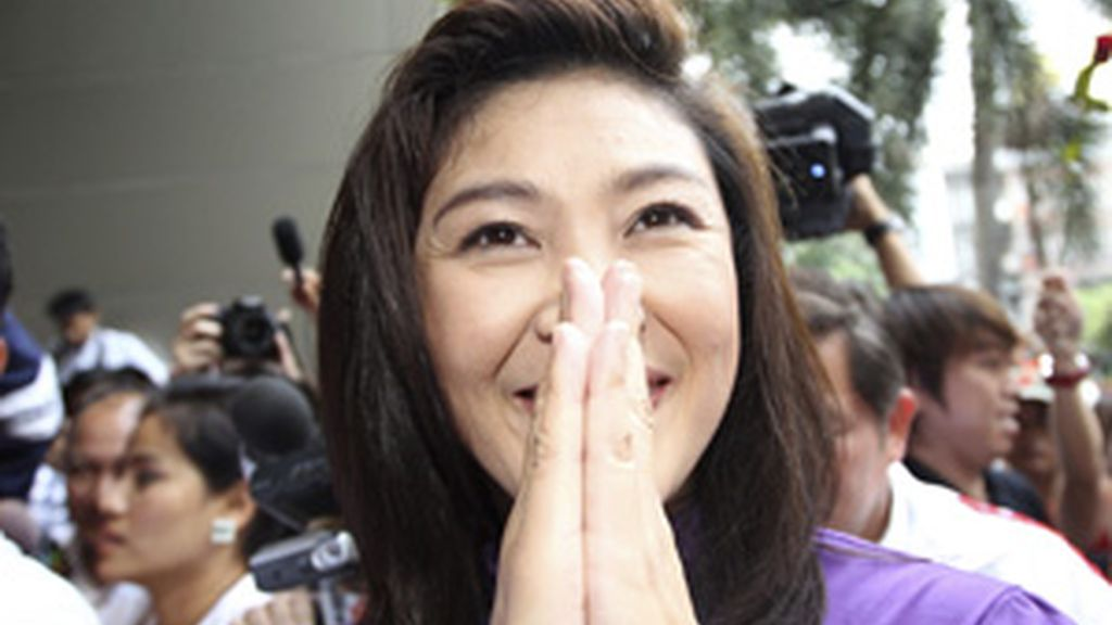 La candidata a primera ministra por el partido Pheu Thai, Yingluck Shinawatra, sonríe a su llegada a la sede de su partido en Bangkok FOTO: EFE