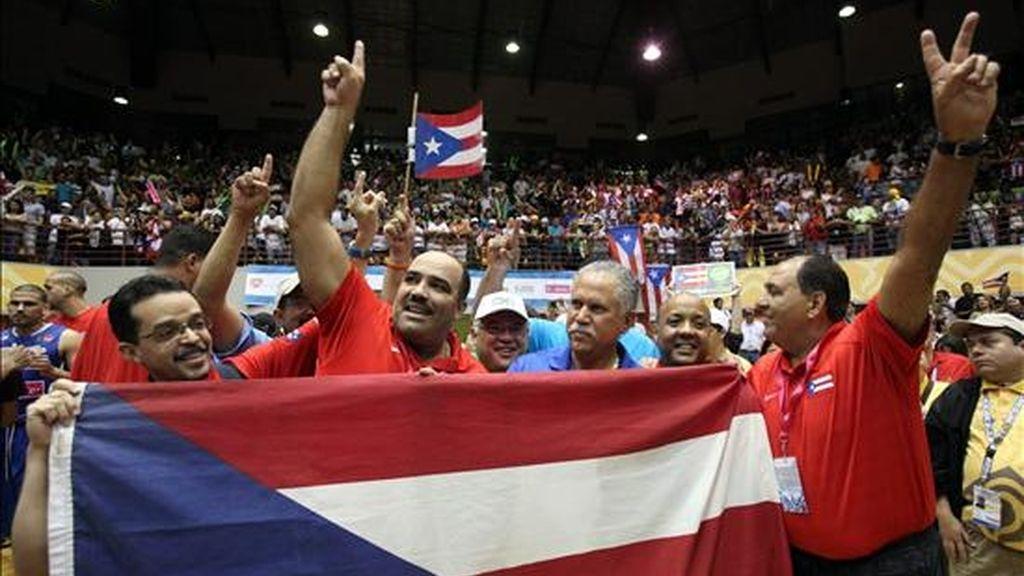 El cuerpo técnico de Puerto Rico celebra tras vencer al equipo de México en la final de baloncesto en los XXI Juegos Centroamericanos y del Caribe, en Mayagüez, (Puerto Rico). EFE