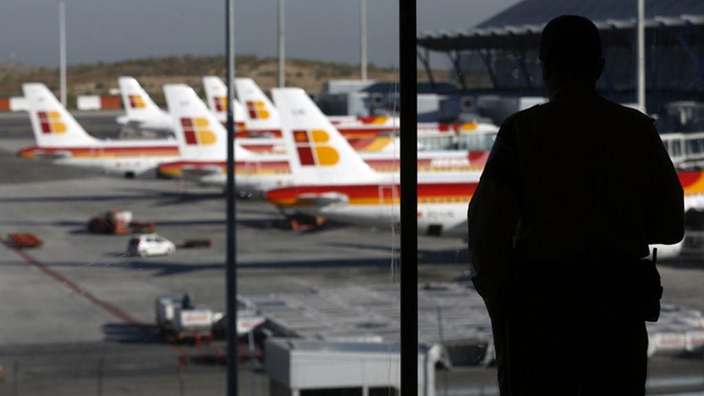 Un pasajero contempla los aviones desde la T4 del aeropuerto Adolfo Suárez de Madrid Barajas